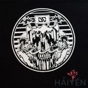 Logo đảo đầu lâu in trên Áo thun OverDose Thái Lan màu đen phối tay áo trắng hoa văn T0058