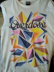 Áo thun Thái Lan màu trắng in 3D chữ OverDose điệu đà trên nền tảng hình thoi sắc màu cắt ghép T0181