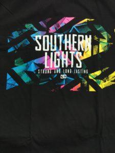 Logo Áo thun in 3D Thái Lan chữ Southern Lights trắng trên nền sáng xanh hồng vàng T0219