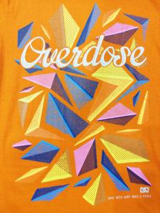 Logo Áo thun 3D Thái Lan cam sáng in chữ Overdose trên nền mảnh ghép hình thoi hồng vàng xanh T0248